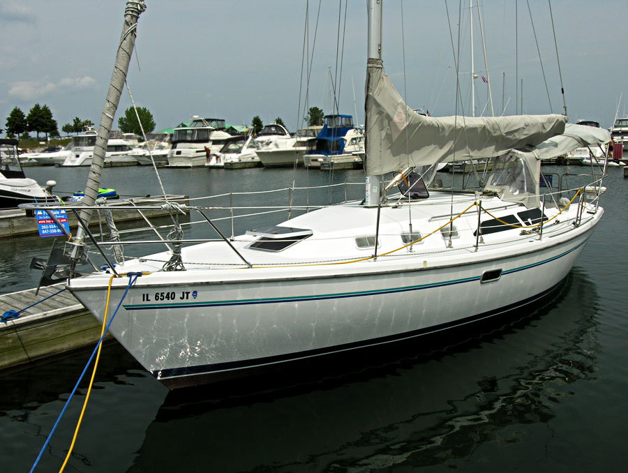 Beneteau 281 waiting at the dock